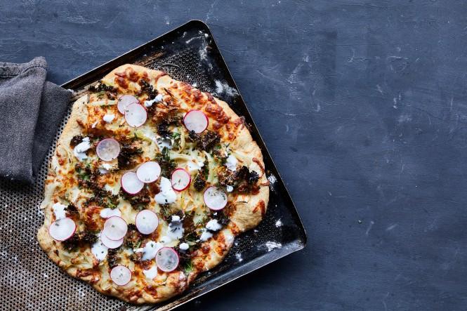 Pizza med grønkål, saltede radiser og peberrodsyoghurt