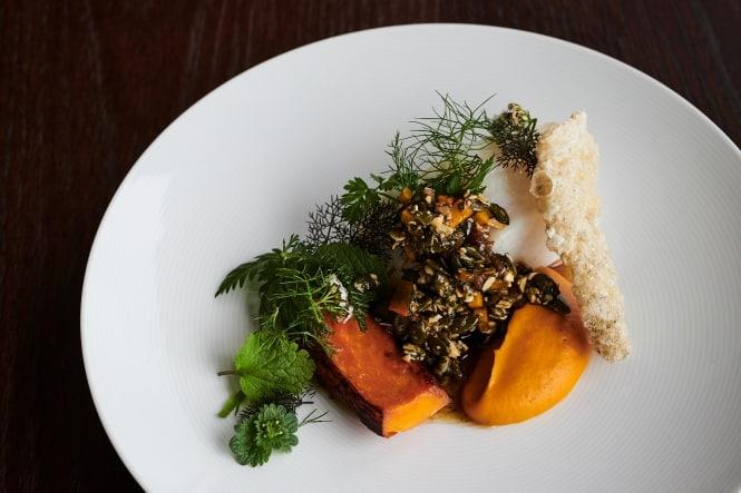 Dampet vesterhavstorsk med hokkaidogræskar og brunet smør